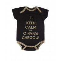 Body Keep Calm Que o Papai chegou Manga curta Preto